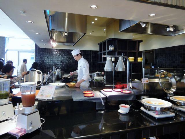 ライブキッチンでの朝食バイキング_ビュッフェレストラン 彩 ホテルハーヴェスト旧軽井沢