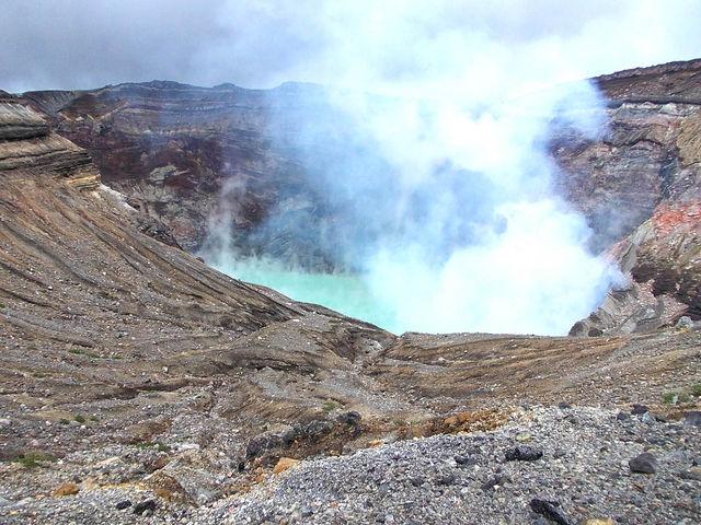 火口湖からあがる噴煙_阿蘇中岳火口(阿蘇山上)