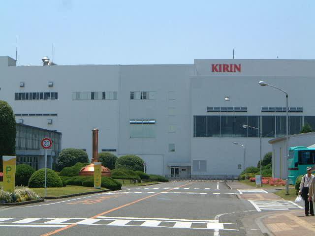 工場事務棟とモニュメント_キリンビール福岡工場