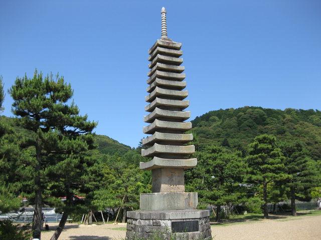 魚霊の供養の塔です。_十三重石塔