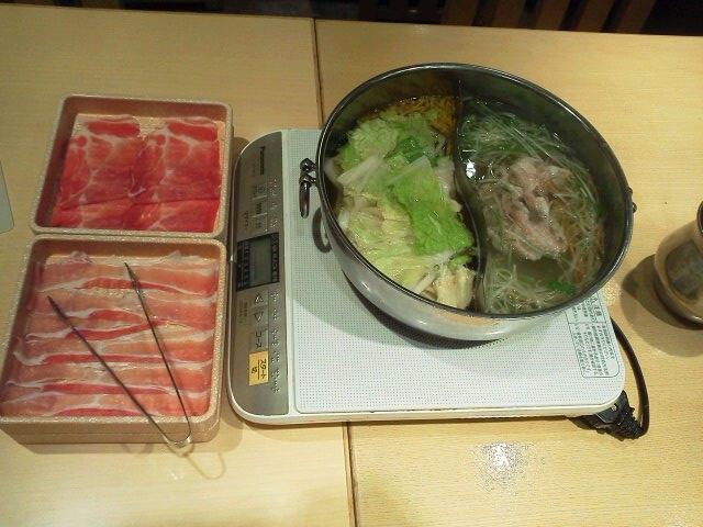 普通の出汁と柚子塩ちゃんこだし_しゃぶ葉 横浜ワールドポーターズ店