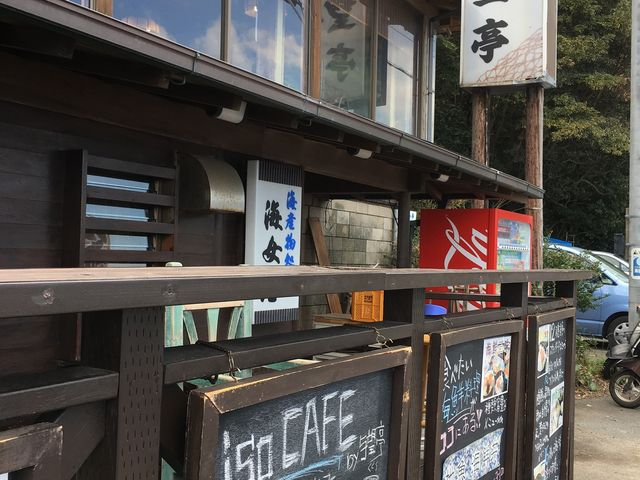 お食事処は階段で2階です。1階は手作りのお菓子を売ってます。_海女の小屋与望亭