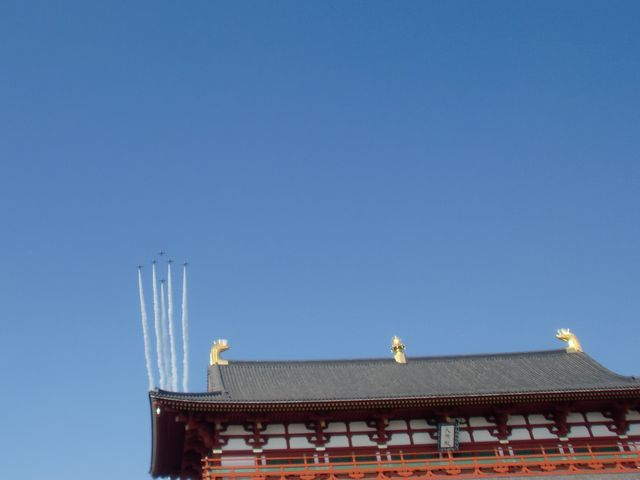 天平祭のイベントで平城宮跡の上空をブルーインパルスが飛びました。_平城宮跡