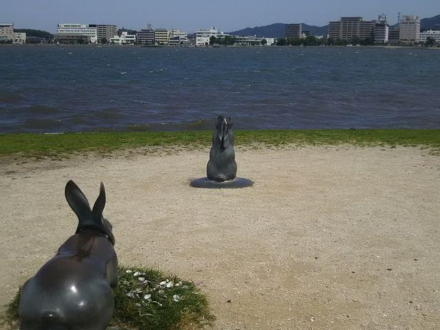 2番目のうさぎを後ろから。 目の前はすぐ宍道湖。_島根県立美術館