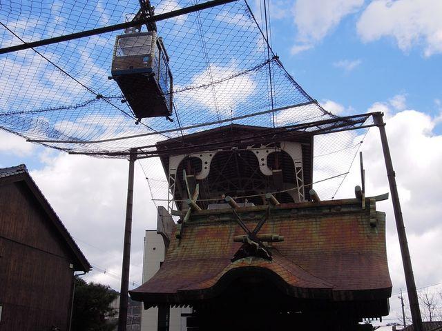 裏から見ると神社のすぐそばなのが、尾道らしい_ロープウェイ山麓駅観光案内所