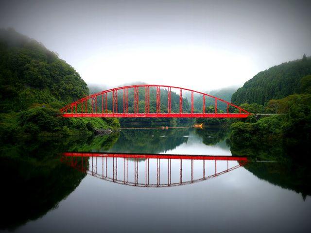 水面に浮かぶ赤い橋_青蓮寺湖