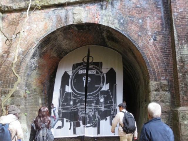 3号トンネルです。入り口に当時のように蒸気機関車の幕。_愛岐トンネル群