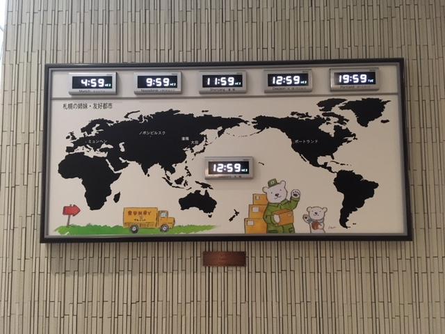 壁に札幌市の姉妹・友好都市の時計_大通情報ステーション