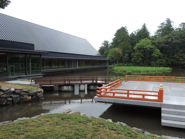せんぐう館とまがたま池、池中の舞台_伊勢神宮外宮(豊受大神宮)