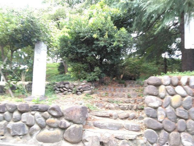 石碑が建っています。_観音塚古墳