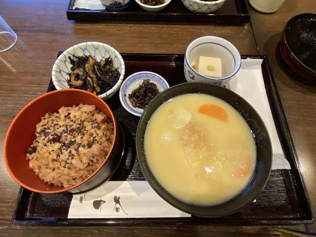 左から、赤飯、白みそ雑煮、ひじきの煮物、山椒の佃煮、ゴマ豆腐。でした_一乗寺中谷