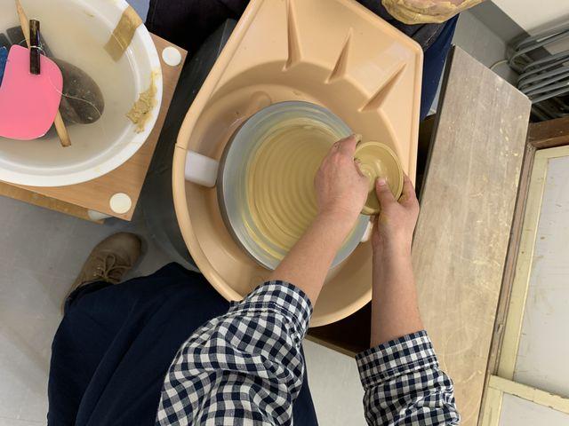 電動ろくろをし始めてすぐの写真で、マグカップを作っていこうとしてる所です。_大谷焼窯元 大西陶器