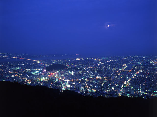 山頂からの夜景も大変素晴らしく、日本の夜景100選にも選ばれてます_眉山ロープウェイ