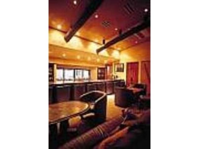 ムード溢れるじゅうたん敷きの2階のバー_維座家