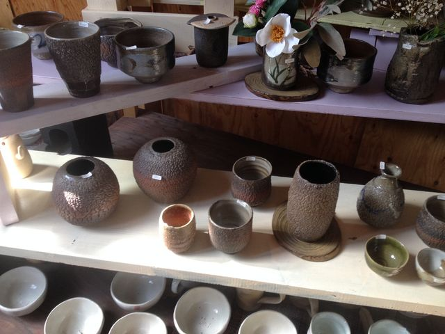 工房内では軽くて使いやすい食器なども販売_陶芸体験教室 よこやま