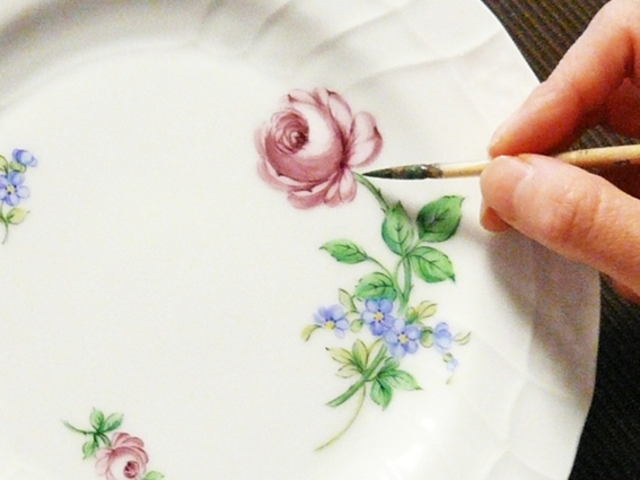 絵付けの様子 / すべて手作業で制作します。_ドレスデン ポルツェラン公認磁器絵付け教室