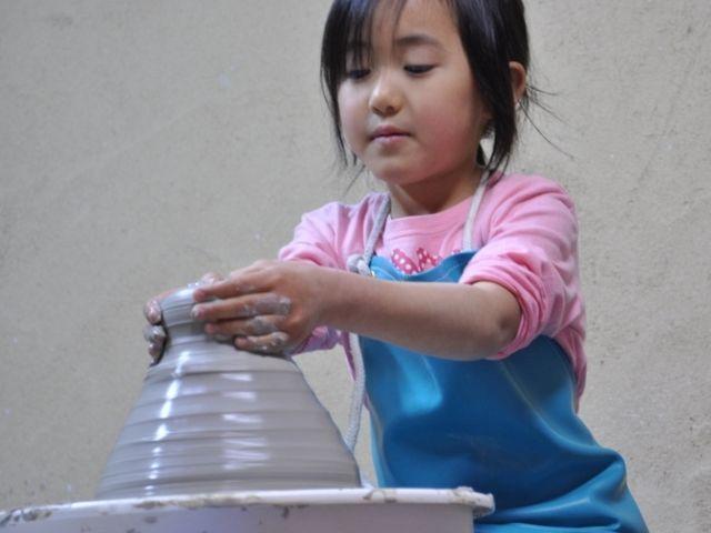 小さなお子さんでも出来るようにやさしく指導します_オンリーワン陶芸教室
