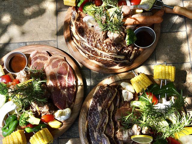 こだわりのお肉と地元で採れた新鮮な野菜が楽しめるBBQ食材を用意しています。_The Forest Garden KIMINOMORI
