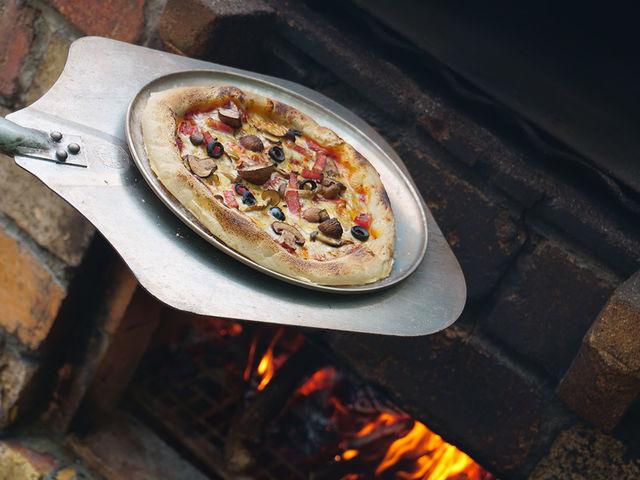テント付きプランをご利用の方には、他のグランピング施設にはない自慢の本格的な焼き釜を使ったピザの手作り体験をしていただけます。_The Forest Garden KIMINOMORI