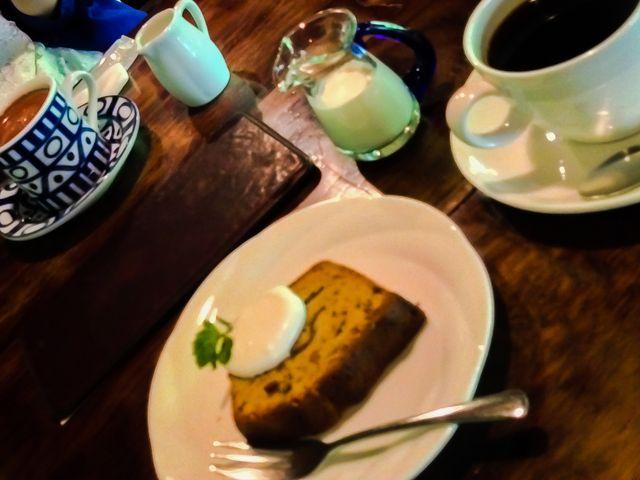 左から、 特製ココア(温)、ブレンド珈琲とセットで頼んだすももパウンドケーキ_茶房 天井棧敷