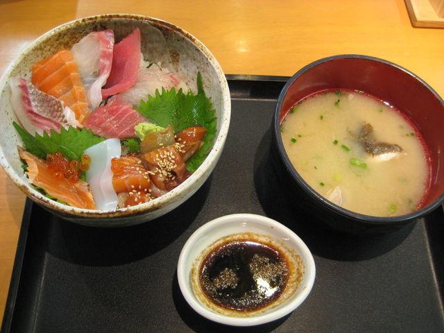 漁師汁付きで880円の海鮮丼。これは一度食べる価値あり!_ベイサイドプレイス博多