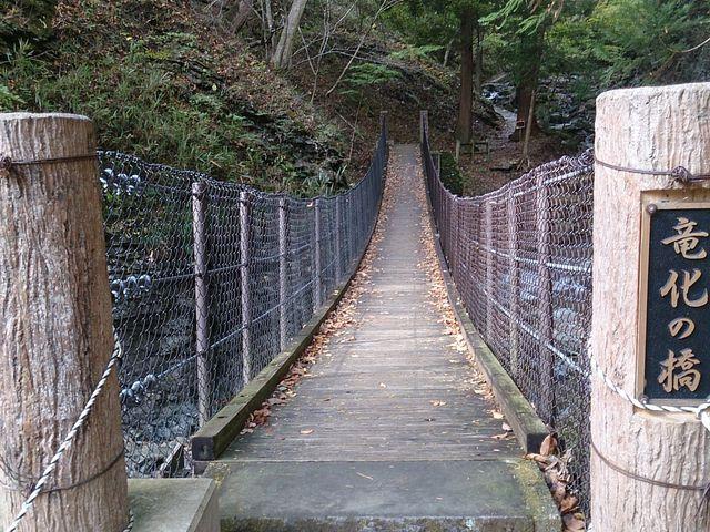 竜化の滝へはこんな橋も通ります。_竜化の滝