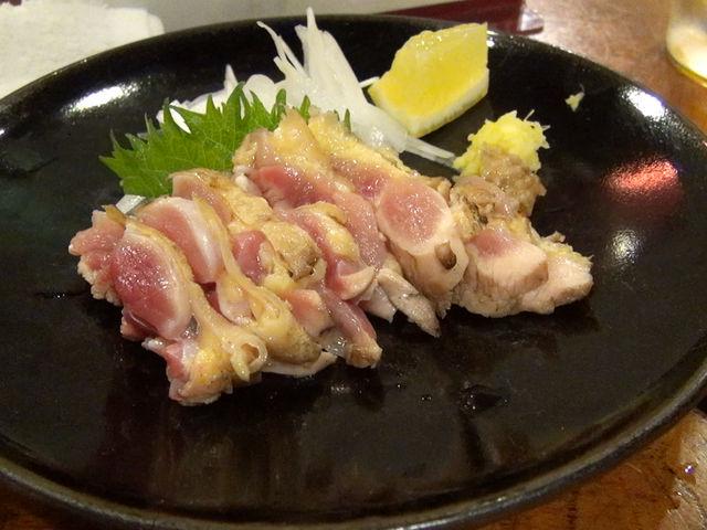 とりタタキ。これを食べて、もも焼きを待ちます。_元祖焼鳥丸万本店
