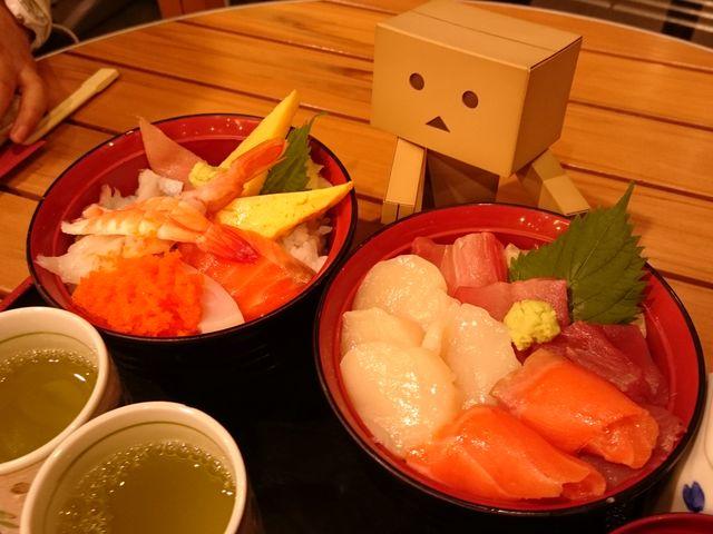 海鮮丼と三色丼。ボリュームもあり、海老の汁物もついてくるのでお得です_A-FACTORY