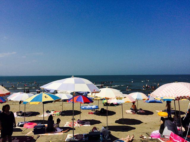 シーズンはパラソルやゴザ、浮き輪の貸し出しもあります。_青島海水浴場