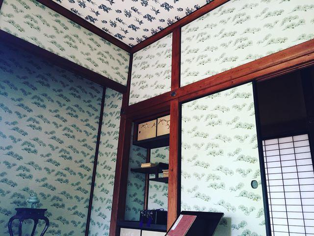 松模様の壁、花柄の天井_真田邸