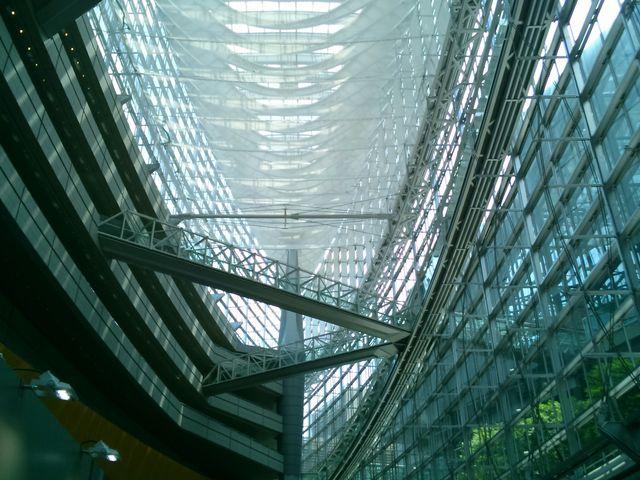 上を見上げると『ガラス楝の帆船』。_東京国際フォーラム