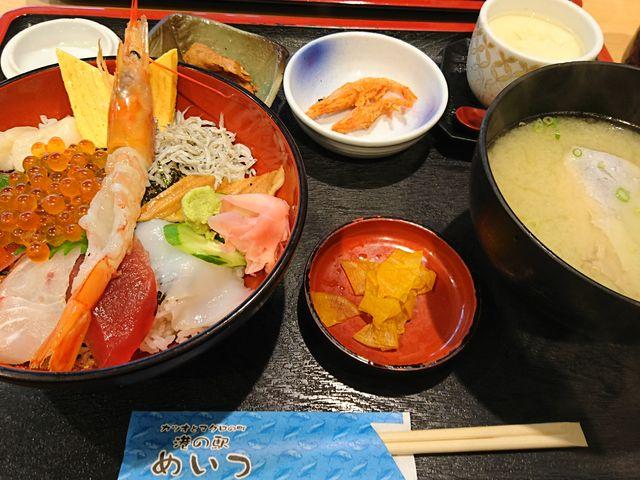 特撰海鮮丼定食! 海鮮丼はもちろん、お味噌汁もこれまた絶品〓 おすすめです〓_港の駅めいつ