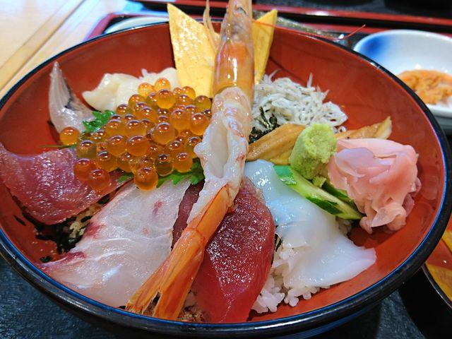 海鮮丼のアップ〓〓 エビはミソまで食べちゃいました〓〓_港の駅めいつ