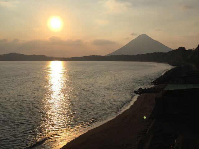 階段の上から見える開聞岳と夕日^ ^_砂むし会館「砂楽」