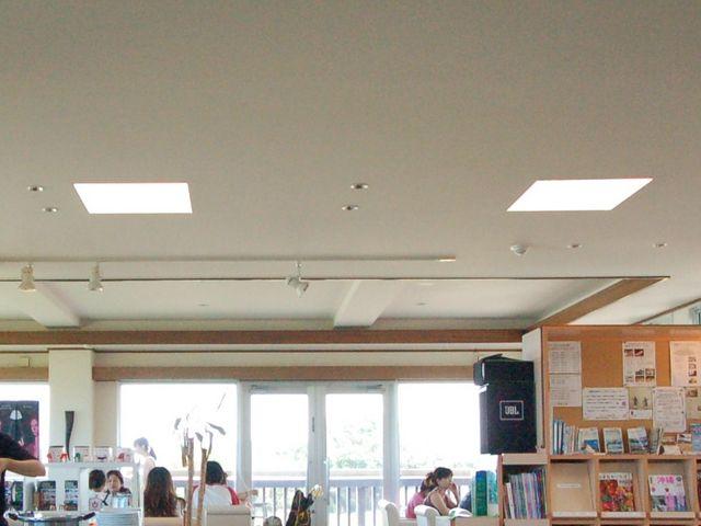 海を見渡せる店内_Cafe やぶさち