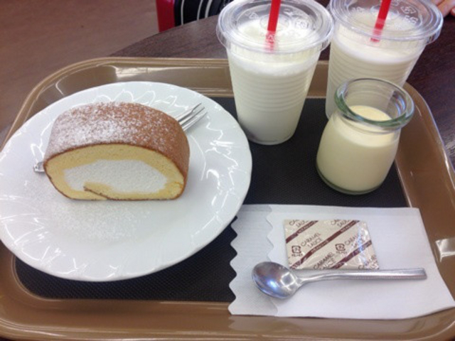 ロールケーキ、プリン、牛乳_ゆふふ 由布院駅前店