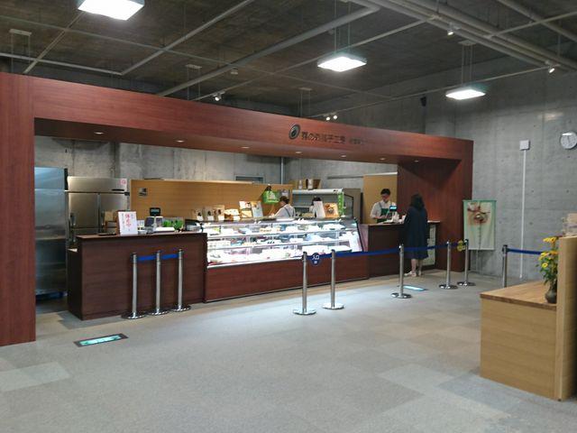 静かな山の中にある和菓子店です。新宮茶をメインとしたメニューです。_霧の森菓子工房・新宮本店