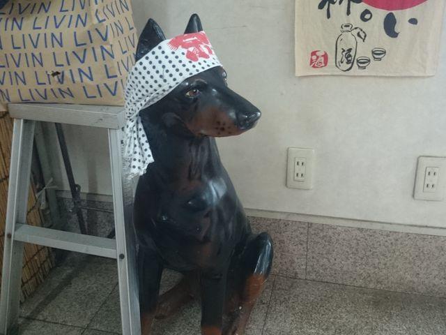 鉢巻をした犬の置物_お食事処 歩(ふ)