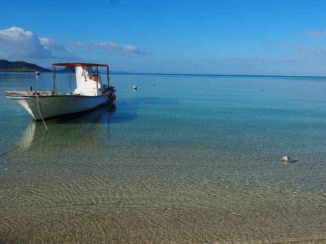 底地海水浴場の青い空と透明度の高い海_底地海水浴場