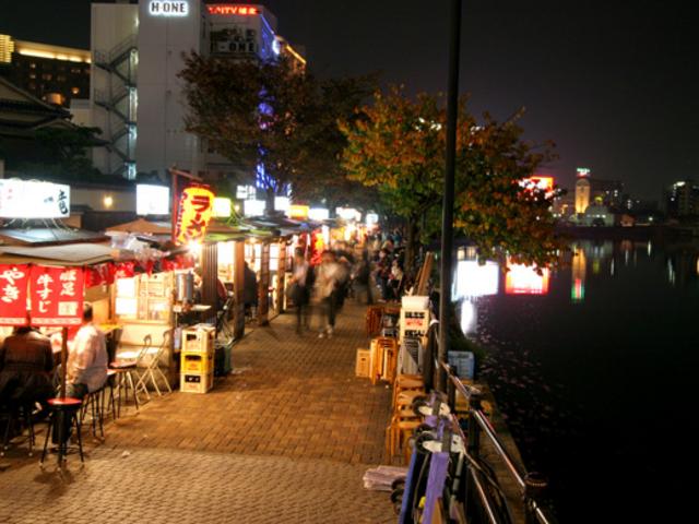 那珂川沿いにキャナルシティへ向かう途中には屋台が連なる_中洲