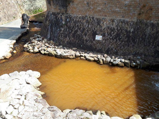 有馬川にも温泉成分が流れ込んでいて茶色い色です。_金の湯