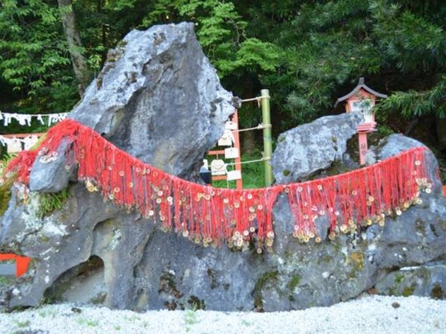 夫婦岩には五円玉がいっぱい。_出雲大神宮