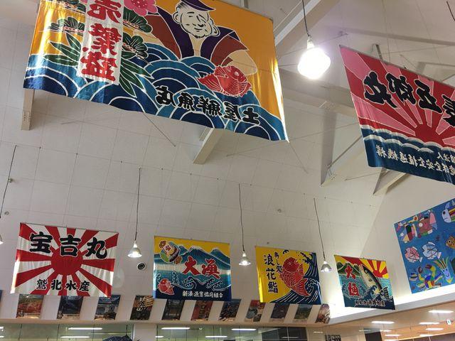 見上げると大漁旗がたくさん_富山のきときと市場