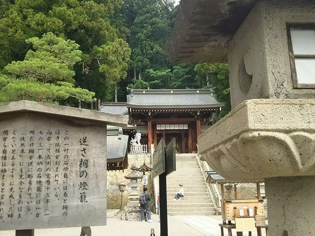 魔除けの「逆さ桐の灯籠」です。_櫻山八幡宮