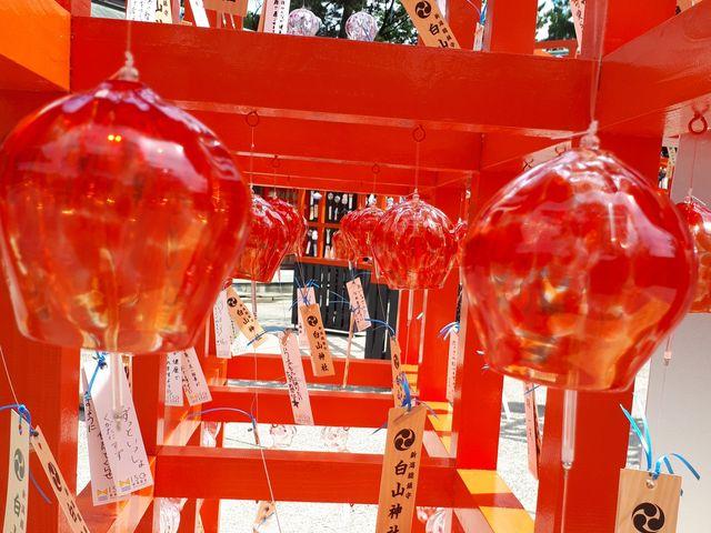赤い鳥居に風鈴が。ハートのマークがあるとか。_新潟総鎮守 白山神社