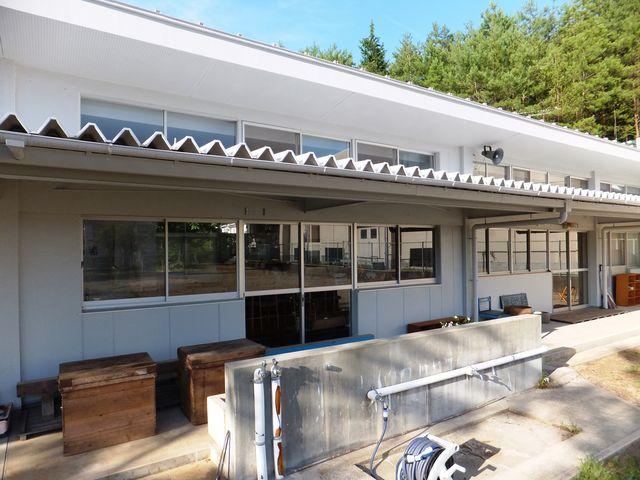 廃止された保育園舎を流用したカフェ「山のテーブル」。_童仙房高原