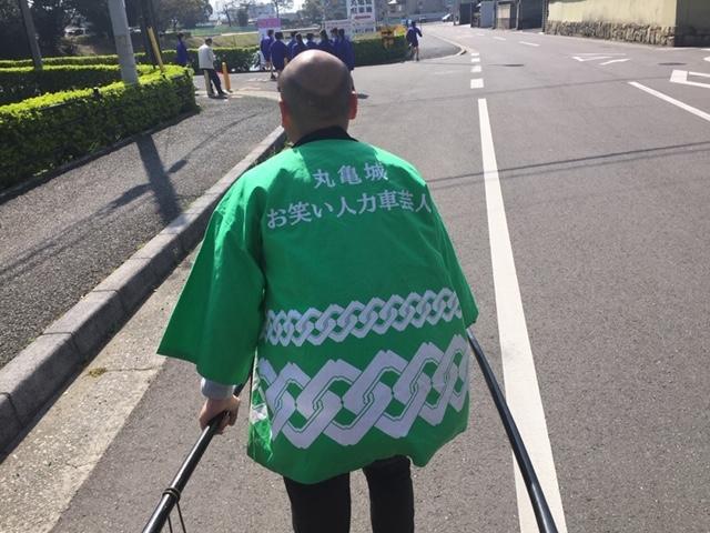 気持ち良く走ってくださいます_丸亀城お笑い人力車