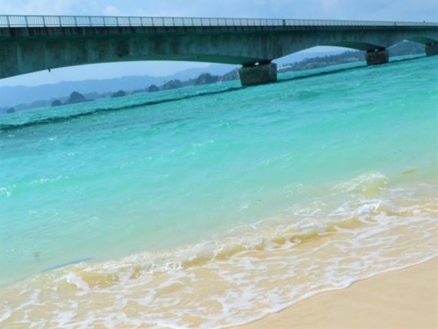 ビーチと橋とのコントラストが何とも素敵_古宇利ビーチ
