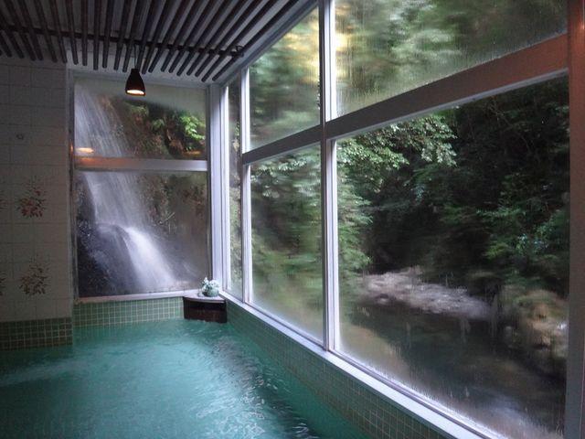 滝の見える浴室。_鈍川温泉