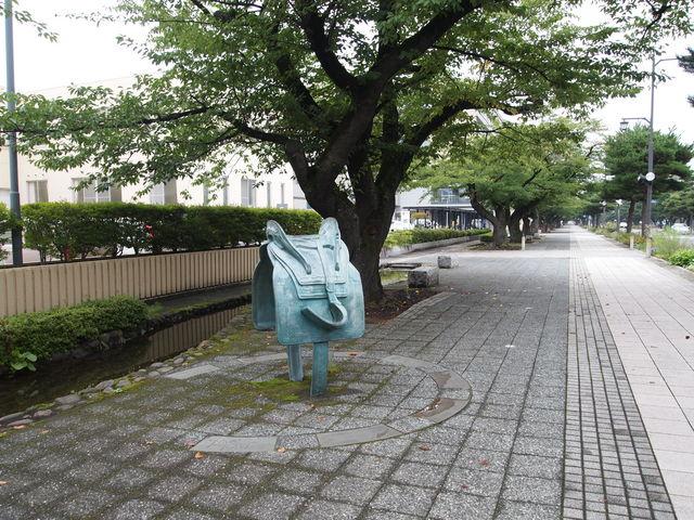 馬や鞍の彫刻など_官庁街通り駒街道